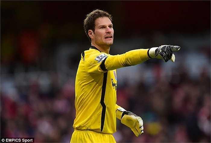 Begovic đã được Chelsea liên hệ về làm dự bị cho Courtois. Ngoài ra, Aston Villa cũng muốn có sự phục vụ của người gác đền này