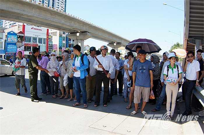 Nhiều phụ huynh phải trú nắng dưới gầm cầu đi bộ vì không còn bóng cây trên đường Nguyễn Trãi (Thanh Xuân, Hà Nội)