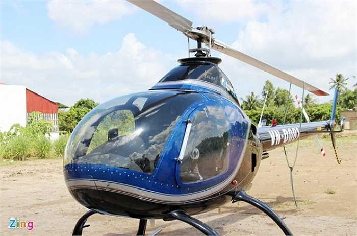 Trong đó, 2 chiếc trưng bày tại khu hội chợ gần trụ sở Ban Chỉ đạo Tây Nam Bộ ở phường Phú Thứ, quận Cái Răng (Cần Thơ); 2 chiếc còn lại đậu tại sân bay Cần Thơ. Trong ảnh là trực thăng Rotor Way A600 trị giá 5 tỷ đồng, nặng 680 kg, do Mỹ sản xuất.