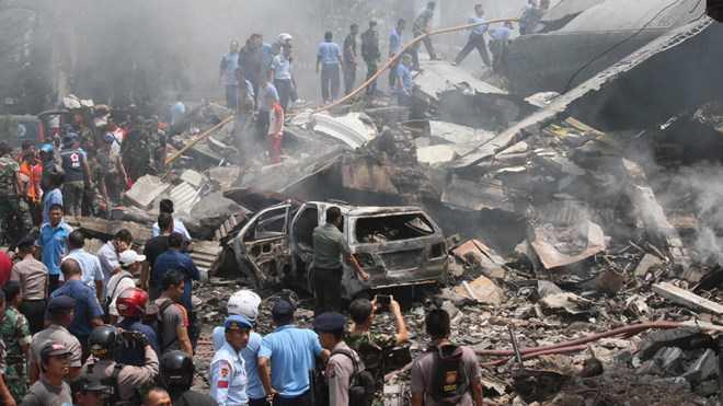 Hiện trường vụ rơi máy bay vận tải quân sự C-130 Hercules của không quân Indonesia ở thành phố Medan