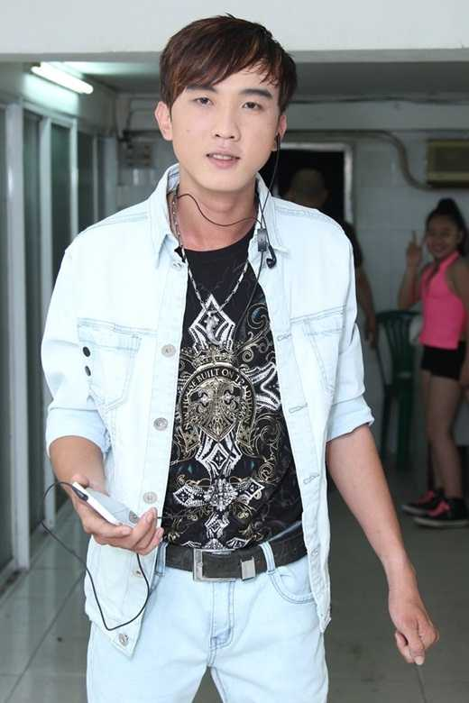 Trọng Nghĩa năm nay 22 tuổi, quê ở Long Khánh (Đồng Nai). Hiện tại anh vừa bán kẹo vừa hát ở các quán ăn.