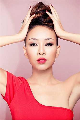So sánh với những bức ảnh trước đó, có thể thấy cô đẹp hơn hẳn, nhờ phong cách make-up có vẻ hiền hơn, hài hòa hơn.