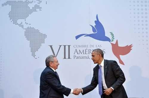 Tổng thống Mỹ Barack Obama (phải) bắt tay Chủ tịch Cuba Raul Castro