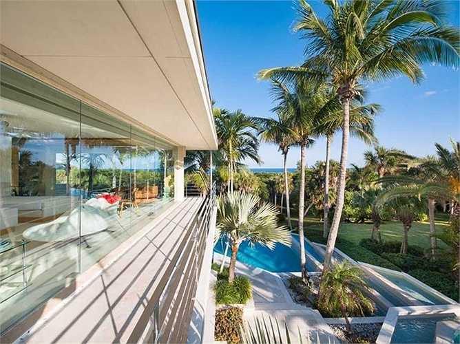 Tỷ phú John Malone - chủ tịch của Liberty Media Corp - người được mệnh danh sở hữu đất đai nhiều nhất nước Mỹ đã chi 38 triệu USD để  mua biệt thự trên đảo Jupiter