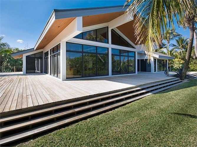 Bên ngoài căn nhà là khu sân vườn với thảm cỏ xanh ngắt, phù hợp cho tiệc ngoài trời