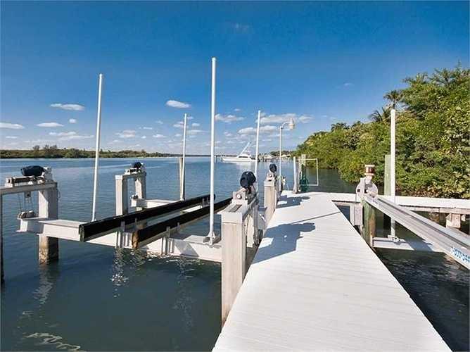 Bến tàu ở phía Đông Nam ngôi nhà để đưa du khách đi dạo trên biển hoặc đưa khách từ đất liền ra đảo