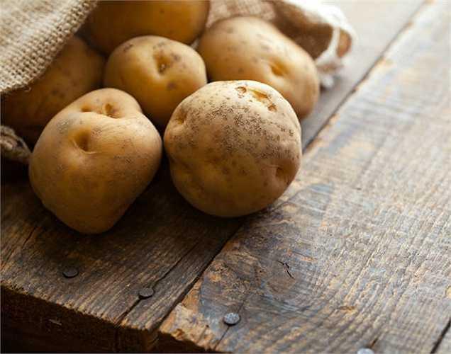 Khoai tây: Bạn có thể  nướng và ăn,  vì trong khoai tây có chứa kali và magiê trong giúp làm giảm huyết áp của bạn.