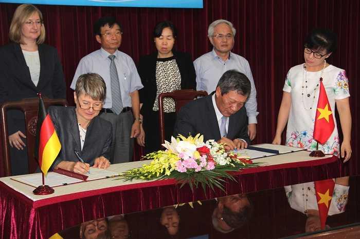 Đại sứ Đức tại Việt Nam, bà Jutta Frasch cùng ông Nguyễn Thanh Hòa, Thứ trưởng Bộ Lao động, Thương binh và Xã hội