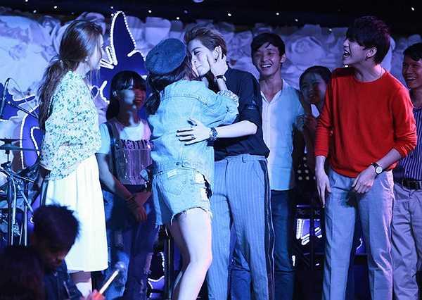 Cả hai đã 'hôn' nhau trên sân khấu