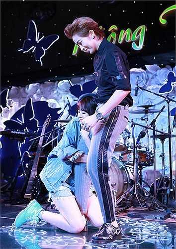 Hot girl Hà thành ôm chặt chân bạn thân trên sân khấu