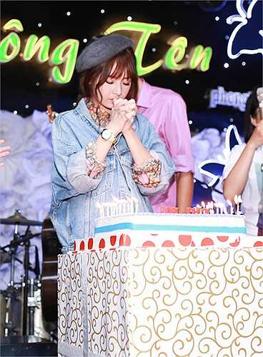 Chi Pu thổi nến sinh nhật và cầu mong cho những dự định của mình sẽ suôn sẻ