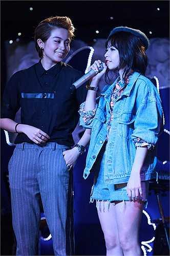 Chi Pu rơm rớm nước mắt khi được Fanclub tổ chức sinh nhật muộn trên sân khấu.