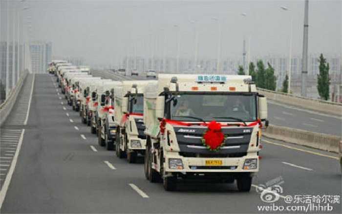 Hình ảnh đoàn rước dâu gồm 36 chiếc xe tải, mà theo lời chú rể, là những chiếc xe thân thiện với môi trường trên đường phố Cáp Nhĩ Tân, tỉnh Hắc Long Giang. Mỗi xe tải đều được trang hoàng hoa và ruy băng.