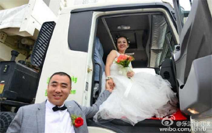 Nụ cười rạng rỡ hạnh phúc của cặp tân lang tân nương trên chiếc xe tải – là sản phẩm do chính công ty mà chú rể làm chủ sản xuất. Chú rể cho biết, ngày rước dâu cũng chính là ngày thành lập công ty.