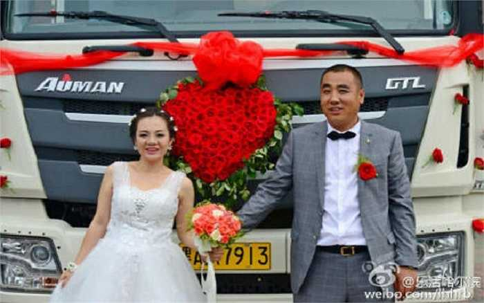 Đáp lại, cô dâu may mắn thổ lộ: Tôi thực sự không quan tâm lễ cưới của mình có siêu xe hay không, nhưng tôi có thể cảm nhận được tâm huyết của anh ấy và tôi hết lòng ủng hộ anh.