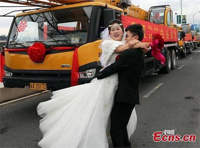 Trước đó, hồi tháng 2, ở tỉnh Chiết Giang, một chú rể cũng gây xôn xao dư luận khi đánh hẳn dàn khủng gồm 4 xe tải cần cẩu, mỗi chiếc trị giá 900.000 tệ và hơn 20 chiếc siêu xe khác.