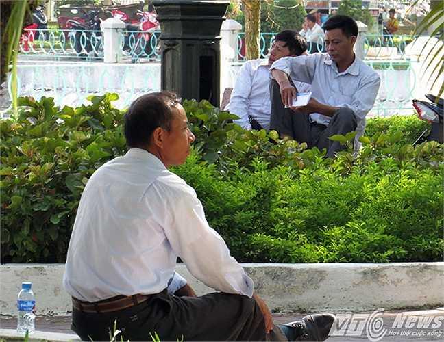 Khu vực Bờ hồ Hạnh phúc (Kiến An), gần trường Đại học Hải Phòng, là nơi lý tưởng các bậc phụ huynh tìm gốc gây, ghế đá tránh nắng chờ sĩ tử.