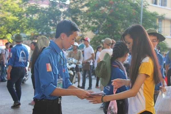 Tình nguyện viên kiểm tra giấy tờ của thí sinh trước khi vào cổng.