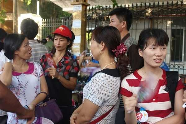 Họ không ngại nắng nóng, đứng đợi sĩ tử bên ngoài cổng trường thi.