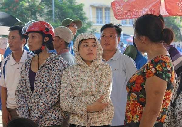 Nhiều phụ huynh đã chuẩn bị sẵn áo chống nắng đứng đợi con ngoài cổng trường Đại học Bách khoa.