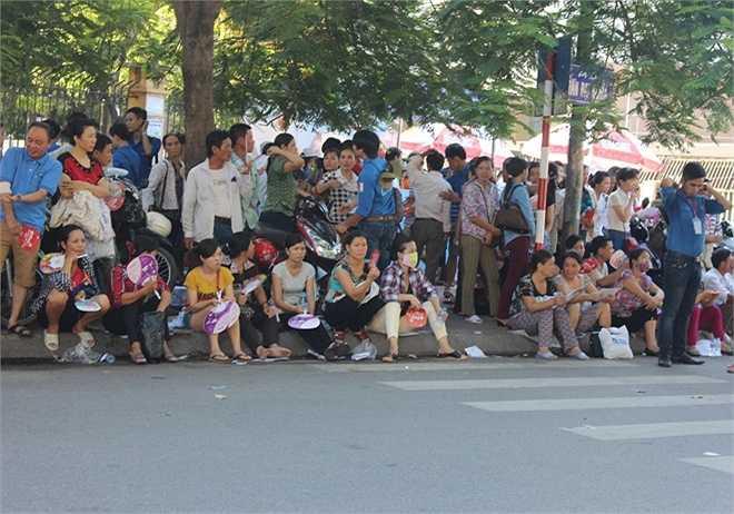 Trong khi các thí sinh đang làm vào thi, nhiều phụ huynh ngồi bên ngoài tranh thủ nói chuyện, chờ đợi.