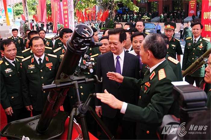Thủ tướng Nguyễn Tấn Dũng tham quan khu trưng bày sáng kiến cải tiến vũ khí, khí tài