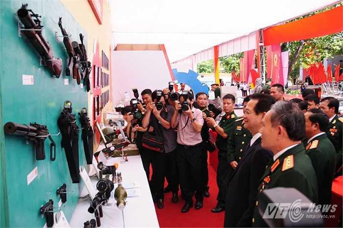Thủ tướng theo dõi các loại súng được quân đội cải tiến