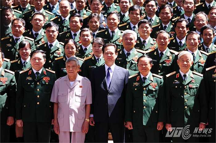 Thủ tướng Nguyễn Tấn Dũng và nguyên Tổng Bí thư Lê Khả Phiêu chụp ảnh kỷ niệm cùng các điển hình tiên tiến quân đội