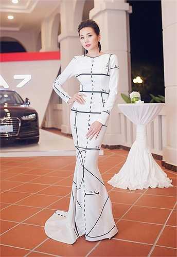 Khác vẻ đẹp nóng bỏng của Thủy Tiên, người mẫu Thanh Hằng chọn phong cách kín đáo với đầm dạ hội họa tiết lạ mắt của NTK Công Trí. Người đẹp cho biết, bộ cánh được nhà thiết kế tặng từ lâu nhưng cô chọn dịp đặc biệt để mặc.
