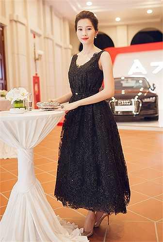 Đặng Thu Thảo diện đầm đen sang trọng dự tiệc.