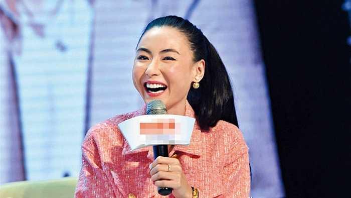 Ngay cả khi cười hết cỡ, vợ cũ Tạ Đình Phong không giấu được những sự khác biệt trên gương mặt mình.