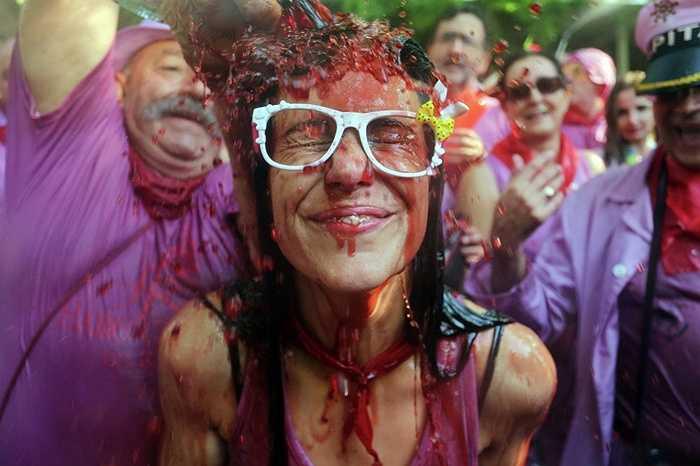 Cô gái ướt đẫm vì rượu