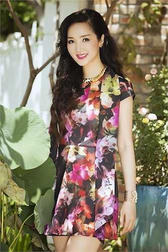 Cô tự tin diện những trang phục màu sắc với hoạ tiết hoa tươi sáng.