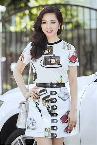 Giáng Mi xinh tươi diện trang phục đơn giản đi dạo buổi sáng ở Sài Gòn.