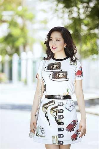 43 tuổi nhưng Hoa hậu vẫn giữ được làn da trắng mịn màng, vóc dáng thon thả khiến nhiều người ngưỡng mộ.
