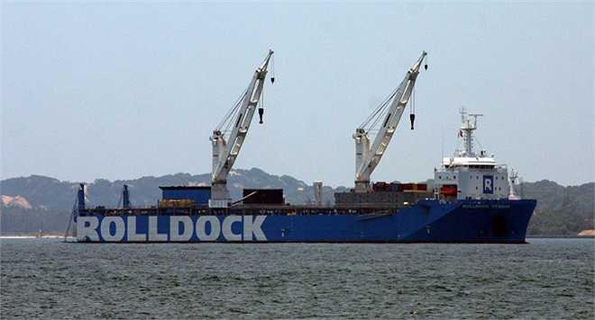 Sau một tháng rưỡi lênh đênh sóng biển, sáng 30/6, tàu vận tải Rolldock Star (Hà Lan) lai dắt, đưa tàu ngầm Kilo 185 mang tên Khánh Hòa về neo đậu tại vịnh Cam Ranh.