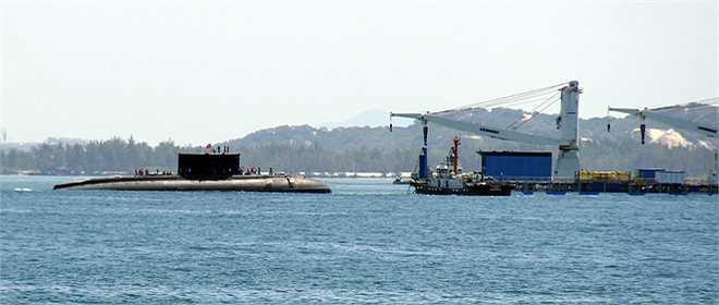 Tàu ngầm Kilo 185 Khánh Hòa được mệnh danh 'Hố đen đại dương', có chiều dài 73,8 m; rộng 9,9 m; lượng giãn nước từ 3.000 đến 3.950 tấn; tốc độ 20 hải lý mỗi giờ. Tàu di chuyển êm, thời gian hoạt động độc lập 45 ngày đêm cho 52 thủy thủ và có thể lặn sâu 300 m cho nhiệm vụ tuần tra, trinh sát.  Nguồn: Vnexpress