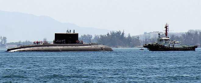 Tàu ngầm Kilo 185 Khánh Hòa được mệnh danh 'Hố đen đại dương', có chiều dài 73,8 m; rộng 9,9 m; lượng giãn nước từ 3.000 đến 3.950 tấn; tốc độ 20 hải lý mỗi giờ. Tàu di chuyển êm, thời gian hoạt động độc lập 45 ngày đêm cho 52 thủy thủ và có thể lặn sâu 300 m cho nhiệm vụ tuần tra, trinh sát.