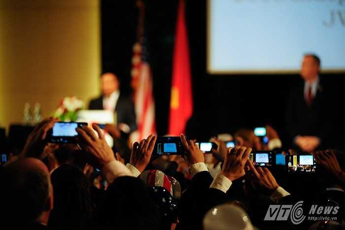 Những chiếc điện thoại ghi lại cuộc trò chuyện của các khách mời