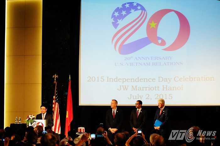 Các quan chức Mỹ lắng nghe chia sẻ của Phó Thủ tướng