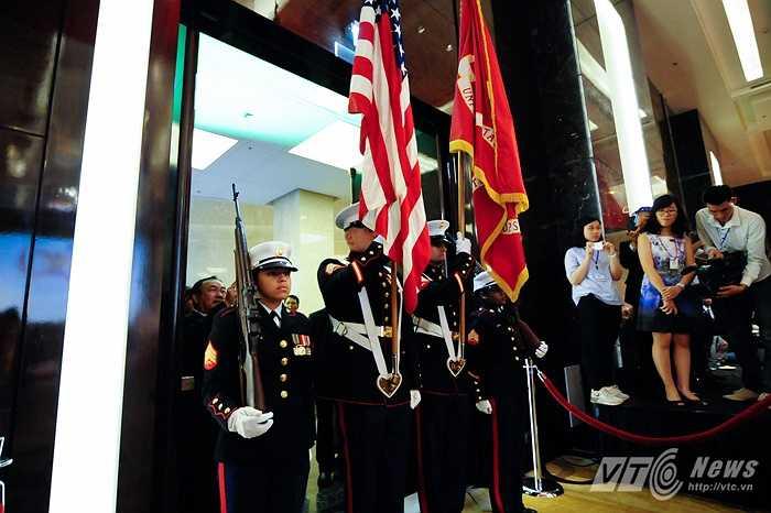 Đội quân nhạc Thủy quân lục chiến Mỹ làm lễ chào cờ và hát quốc ca Mỹ