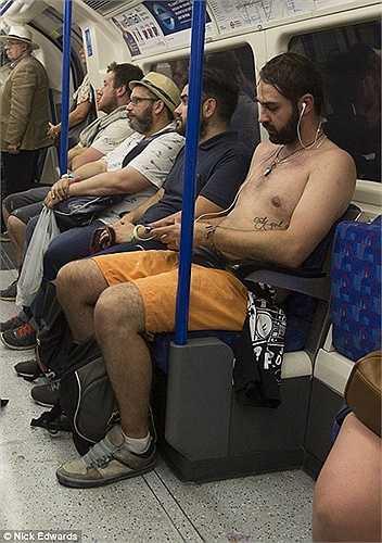 Điều này khiến cho việc di chuyển bằng tàu điện ngầm - phương tiện giao thông chính tại đây đang trở thành một cực hình cho người dân. Ảnh: một người đàn ông phải cởi trần khi đi tàu điện