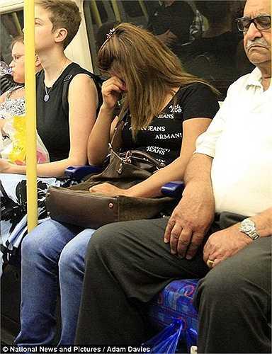 Vẻ mệt mỏi của người phụ nữ trên tàu điện