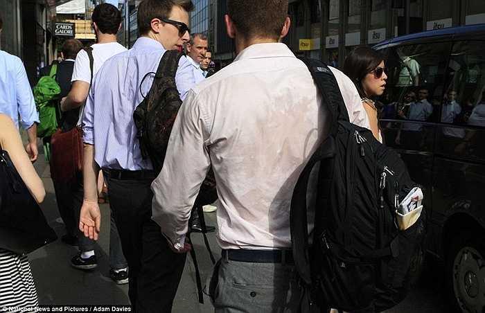 Mồ hôi chảy đầm đìa trên lưng áo của những quý ông