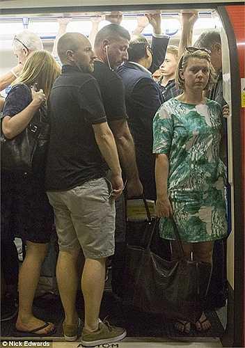 Ai cũng mệt mỏi khi phải bước lên tàu điện