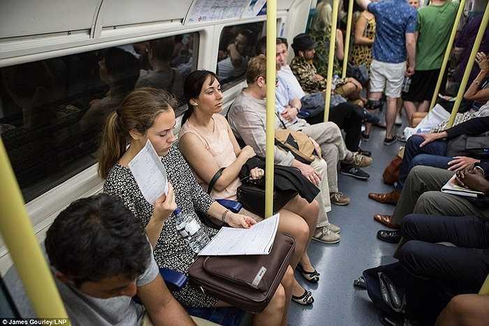Người phụ nữ này liên tục phải dùng giấy để quạt khi ngồi trên tàu điện