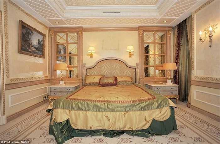 Các phòng ngủ trong biệt thự đều khá rộng rãi và được trang hoàng lộng lẫy.