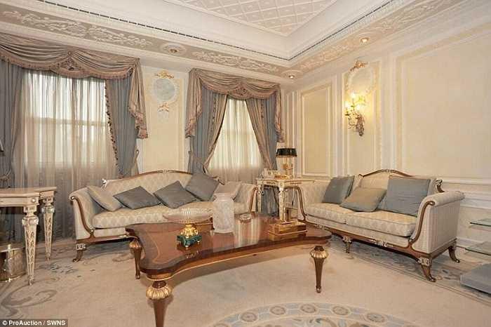 Phòng khách mang phong cách thiết kế cổ điển, sang trọng.