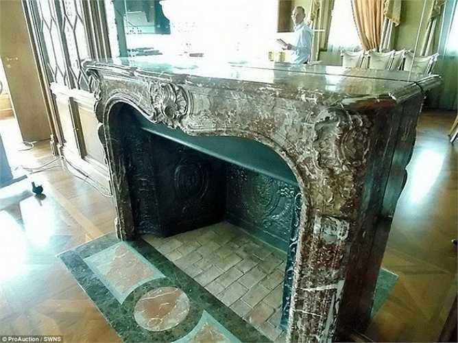 Lò sưởi cổ kính bằng đá cẩm thạch màu xám được chạm khắc tinh xảo ở Ý.