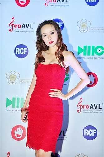 Cô chọn cho mình một chiếc đầm quây màu đỏ rực rỡ.